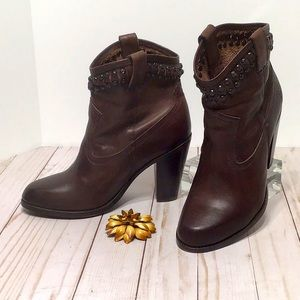 FRYE ankle boot Diana studded cowboy brown